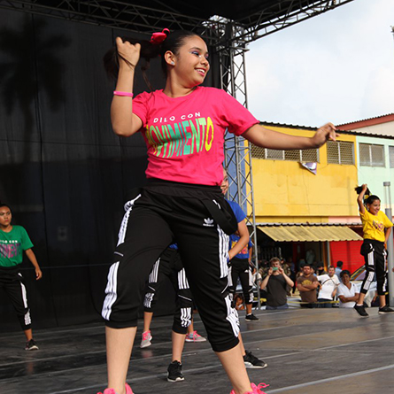 More than 50 at-risk youths participated in a weeklong workshop with David Dorfman Dance that culminated in a public performance on May 26. Photos courtesy of Daniel Valencia, USAID El Salvador.